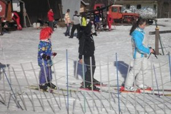 Koniec sezóny. Zjazdovka hýrila farbami lyžiarov v maskách.