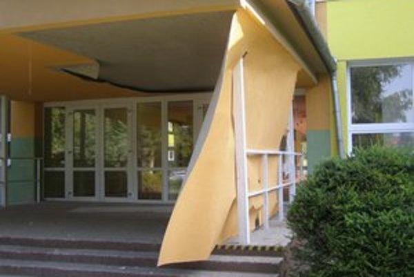Zničený vchod. Vandali vyčíňali na škole v Šarišských Michaľanoch.