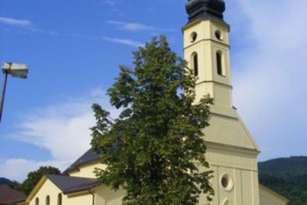 Bazilika v Ľutine. Pred jej nádvorím vytiahli pôdorys pôvodného chrámu.