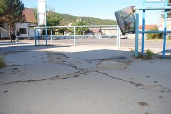 Popraskaný asfalt. V takomto dezolátnom stave je autobusová stanica v Sabinove.