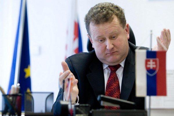 Šéf regulačného úradu Jozef Holjenčík musí Bruselu vysvetliť, ako stanovil poplatok.