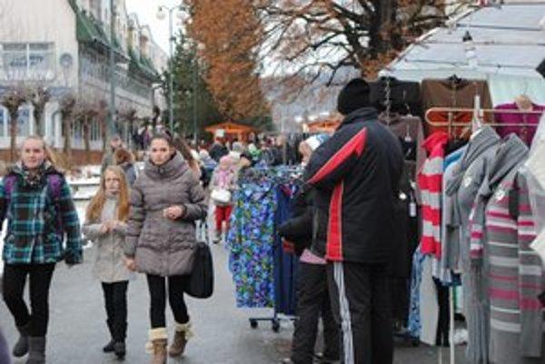 Vianočné trhy. Námestie bolo plné ľudí.