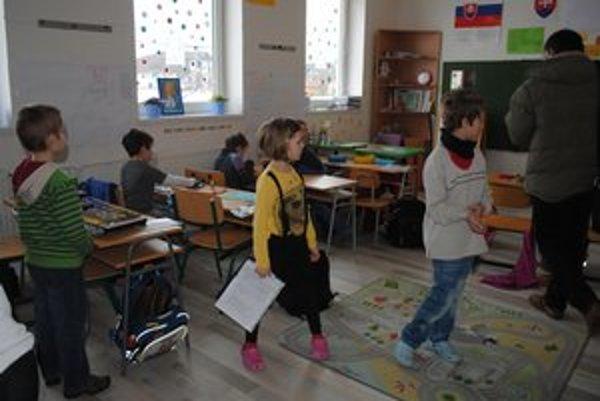 Škola v Medzanoch. Viac ako polovicu jej žiakov tvoria deti z obvodu Šarišské Michaľany