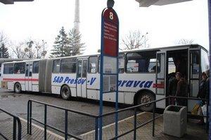 Prešovská stanica. Tri autobusy tu majú 25 rokov.