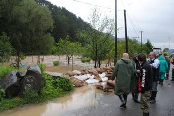 Povodne v Sabinove. Vyliata Torysa vždy napácha veľké škody.
