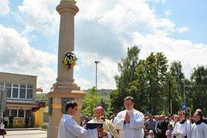 Posvätenie stĺpa. Námestie, na ktorom táto dominanta dediny je, sa bude volať Mariánske námestie.