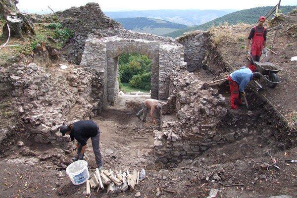 Na hrade sa pracuje každý deň. Za tri roky urobili na hrade veľký kus práce.