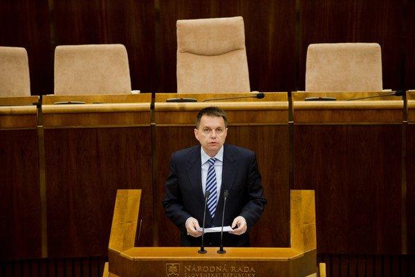 Minister Peter Kažimír bude v parlamente po prázdninách znova vysvetľovať nárast dlhu. Opozíciu zatiaľ nepresvedčil. O rok to bude mať ešte zložitejšie.