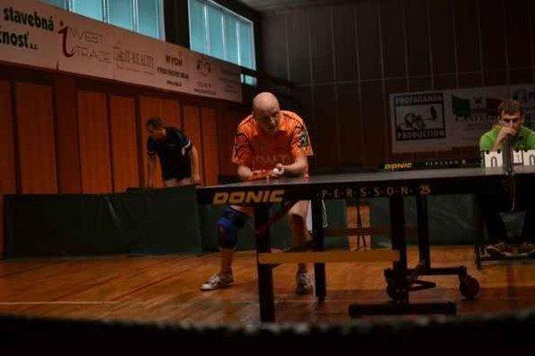 Tesná prehra. Peter Poľa podáva v zápase s Martinom Gumáňom.