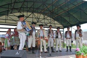 Kultúrny program. Na pódiu sa predstavili folklórne skupiny.
