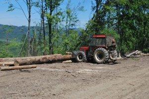 Práce v lese. Následky víchrice stále odstraňujú.