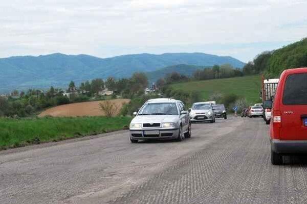 Oprava cesty. Dopravné obmedzenia vodičov neobišli.