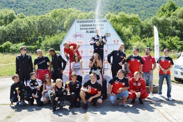 Oslava víťazstva. Na záver pretekov nechýbal ani tradičný striekajúci sekt. Na spoločnej fotografii sa stretli súťažiaci i organizátori podujatia.