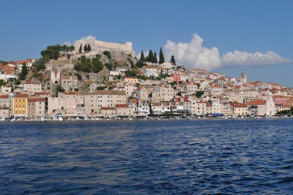 Starobylé prístavné mesto Šibenik v Chorvátsku.