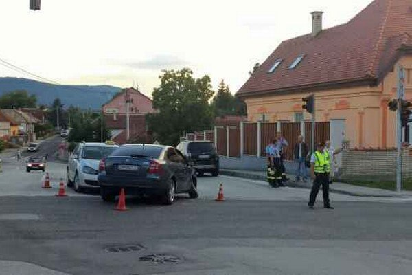 Dopravná nehoda. Vodič hľadal telefón, narazil do auta v protismere.