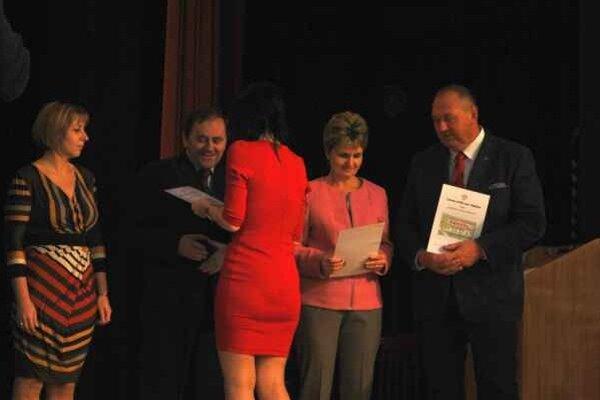 Odovzdávanie ocenení. Ocenenie obdržali riaditelia škôl spolu s primátorom.