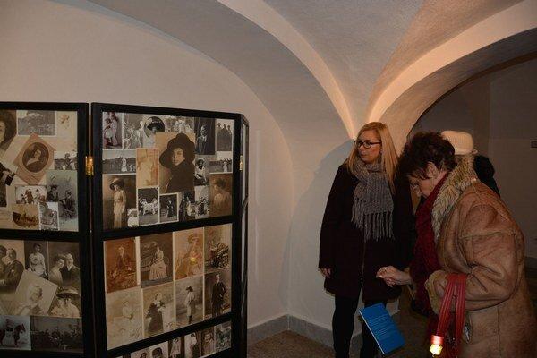 Expozícia v kaštieli. Fotografie vzdialenej rodiny Andrássiovcov.