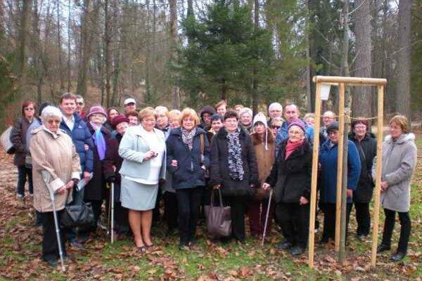 Nový dub. Účastníci stretnutia pri odovzdávaní mladého duba v parku.