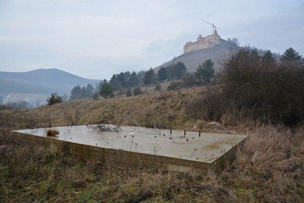 Betónový základ pod hradom. Na tomto mieste plánovali postaviť vysielač.
