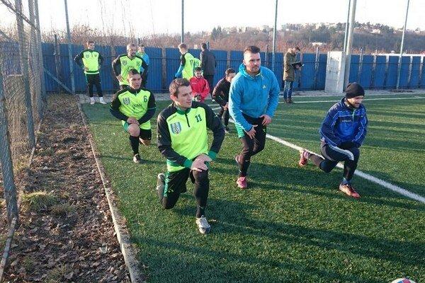 Rozcvička. Rožňavskí hráči pred prípravným zápasom sDobšinou.