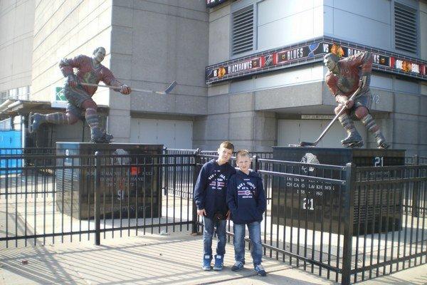 Š. Zajac (vľavo) pred halou Chicago Blackhawks.