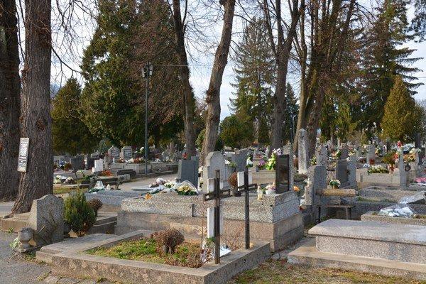 Mestský cintorín v Rožňave. Zlodeji kradnú kahance isošky.