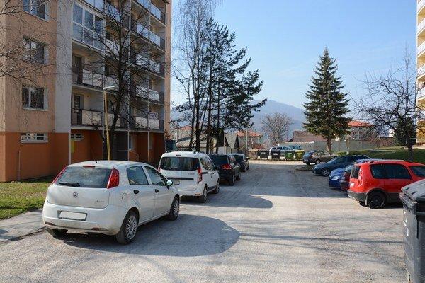 Sídlisko Podrákoš. Miestni obyvatelia bojujú snedostatkom miest na parkovanie.
