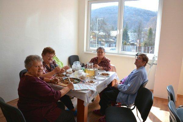 Seniori vDobšinej. Deň si spríjemňujú čistením orechov do koláčov.