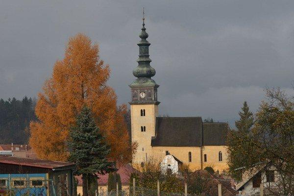 Kostol v Ochtinej. Obsahuje najtypickejšie prvky románskeho slohu.