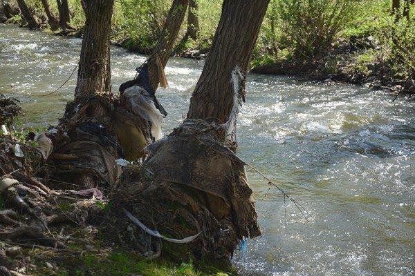 Naplavený odpad. Koryto rieky Slaná vchatkovej oblasti pri Rožňave.