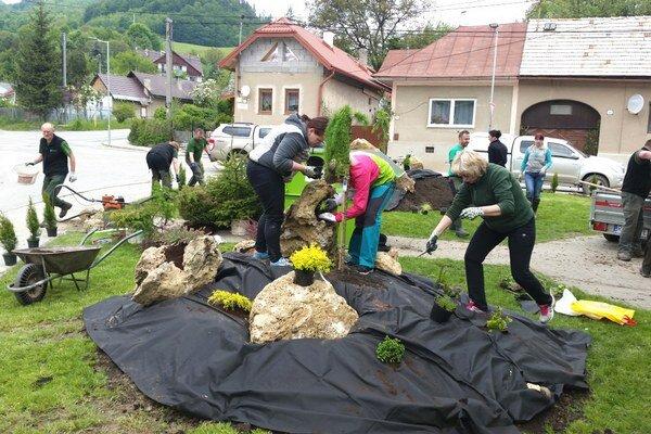 Dobrovoľníci pracujú na obnove parku. Za štyri hodiny premenili pustú plochu na oddychovú zónu.