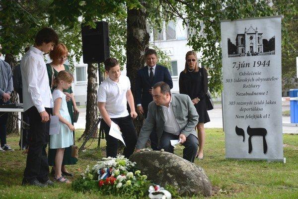 Pietna spomienka. Rožňavčania spolu shosťami si pripomenuli 72. výročie odvlečenia Židov zRožňavy.