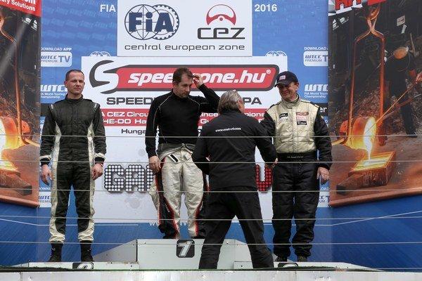 Na stupni víťazov. Julo Konček (vpravo) prijíma gratuláciu.