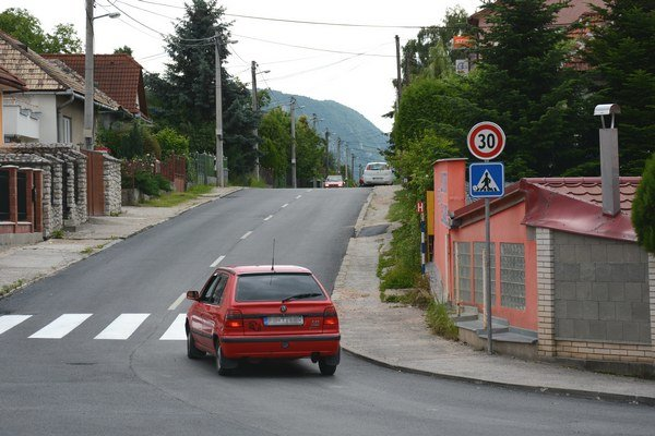 Vjazd do Páterovej ulice. Vodiči musia odteraz pri prejazde Páterovou spomaliť.