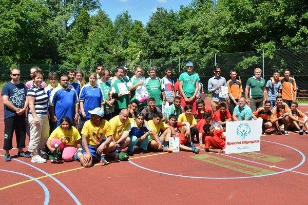 Unifikovaný futbal. Podujatia sa zúčastnilo šesť tímov.