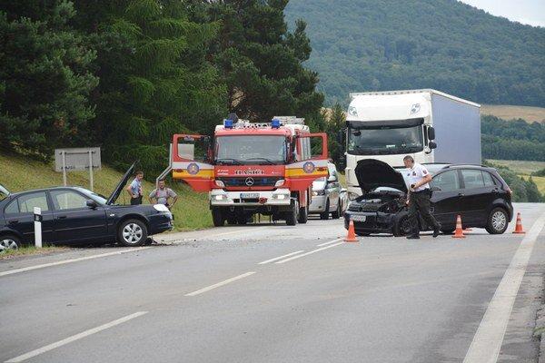 Miesto dopravnej nehody v Betliari. Policajti dokumentovali príčinu zrážky dvoch áut.