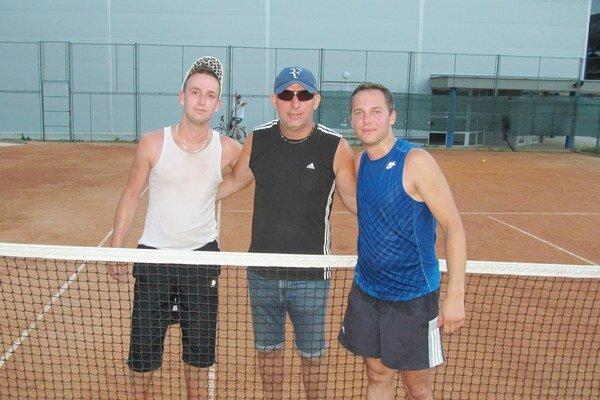 Finalisti turnaja Soccer Café Cup Tomáš Havko (vľavo) a Gregor Gallo (vpravo) s jeho organizátorom Tiborom Havkom.