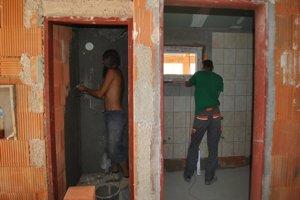 Vynovené toalety. Aj v týchto horúčavách sa intenzívne pracuje na dokončení nových toaliet.