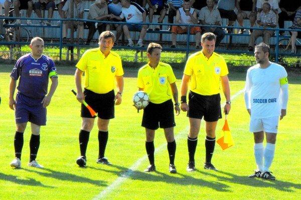 Kapitáni. Začiatok derby, spolu s rozhodcami obaja kapitáni, vľavo Jaroslav Piater, vpravo Miloš Gallo.