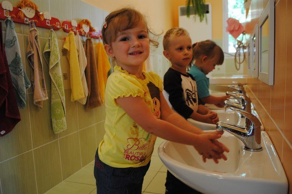 Vďaka rodičom majú títo škôlkari aj nové umývadlá.
