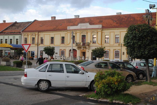 Rožňavské námestie. Rieši oddychovú zónu pre návštevníkov aj parkovanie pre vodičov.