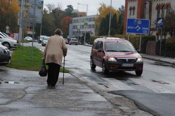 Mestské chodníky. Sú v niektorých častiach v dezolátnom stave.