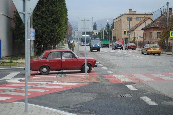 Po Gemeri jazdia rôzne autá, nové, drahšie aj ojazdené.