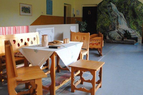 Priestory obecného úradu vítajú návštevníkov maľbami.