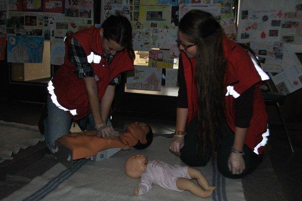 Prvá pomoc v praxi. Bibiána spolu s ďalšou dobrovoľníčkou ukazujú, ako správne postupovať.