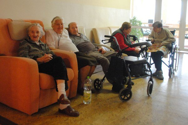 Seniori sú často obeťami podvodníkov.