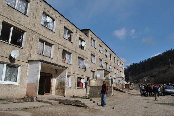 Bytovky v osade. Súčasní nájomníci by mali záujem o odkúpenie bytov.