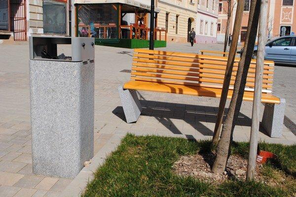 Rozkývané lavičky. Mesto ich reklamovalo.