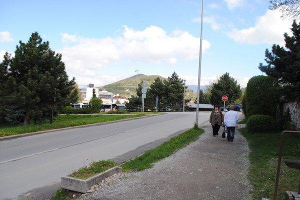 Udupaná zem na Košickej ulici. V najbližších mesiacoch tu bude chodník z dlažby.
