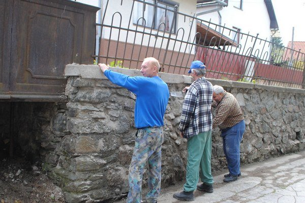 Oporný múr. V súčasnosti na ňom prebiehajú rekonštrukčné práce.